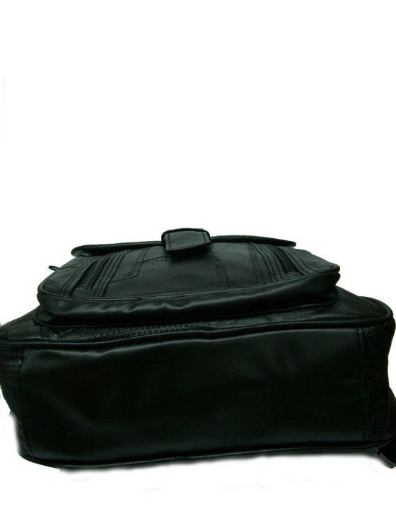 mochila de piel color negra